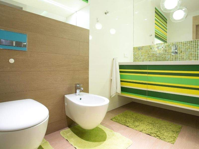 colorful-accents-in-bathroom