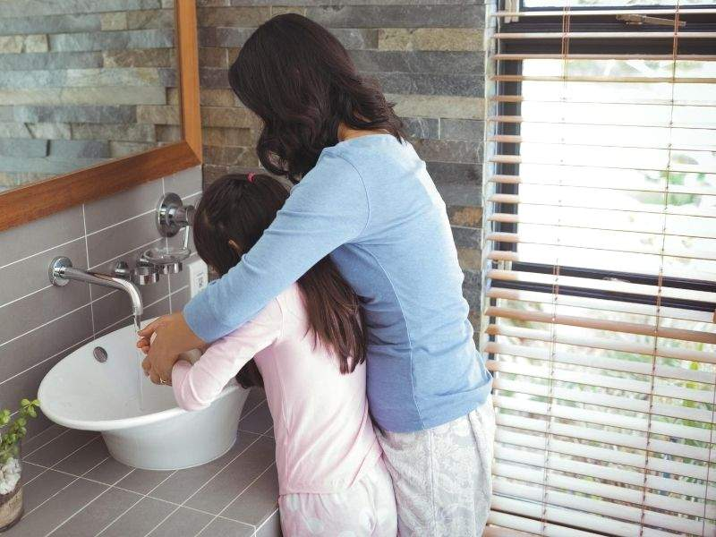 mother-with-her-daughter-in-the-bathroom